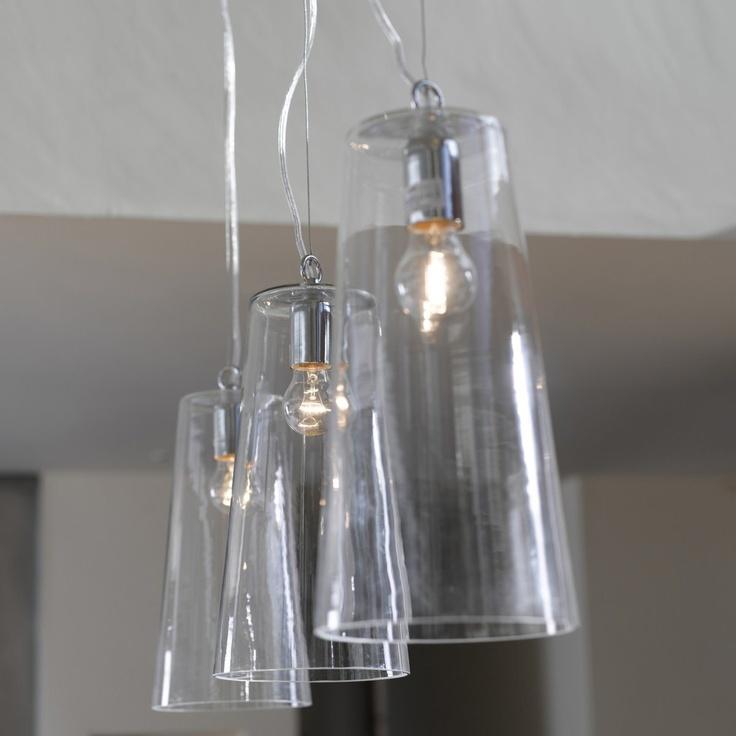 En verre transparent.  Plafonnier en métal chromé.  Câble transparent (long. 1,15 m), règlable en hauteur.  Douille E27, ampoule 60W maxi (non fournie).  Ø 18, haut. 35 cm.69 euros