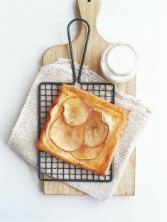 Recept om te maken met kinderen: bladerdeeg appeltaartjes. Tip: als je geen rauw ei wilt gebruiken tijdens het bakken met kinderen, kun je het bladerdeeg ook insmeren met koffiemelk.