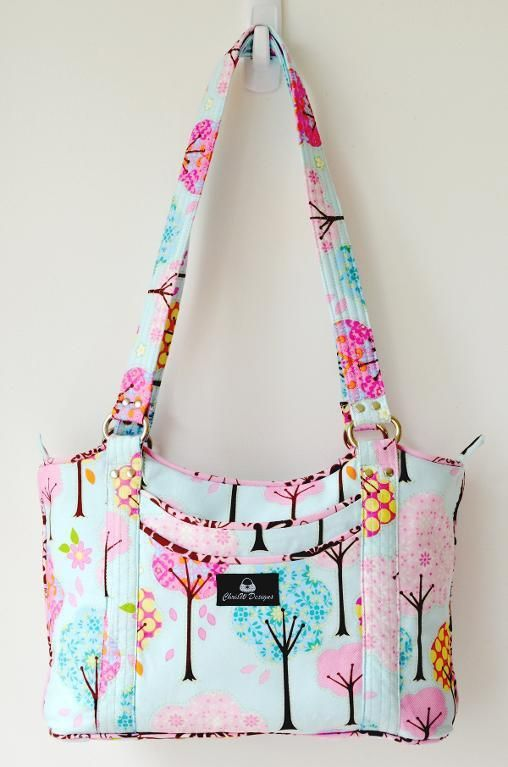 The Sugar & Spice purse pattern is offered by Chris W Designs and is available in PDF format to download, print, cut, and sew! There are four exterior slip pockets and a main compartment closi…
