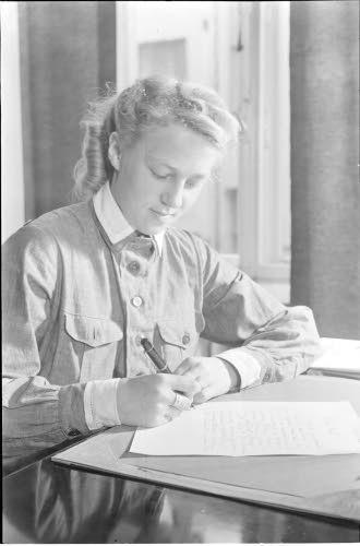 Lotta kirjoittaa kirjettä  Helsinki 1941.06.25. SA-kuva.