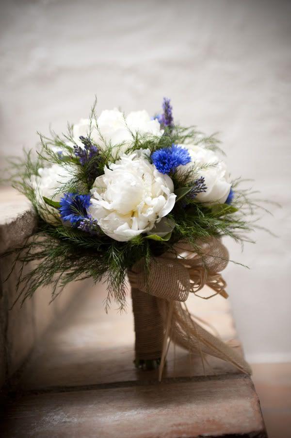 Ramo de novias de peonias blancas con toques en azul {Foto, Mireia Cordomi} #ramodenovia #bridalbouquet