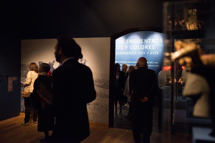 Ingreso a las salas, exhibición Tierra de encuentros, cielos y colores. Arte de Sudamérica hoy y ayer
