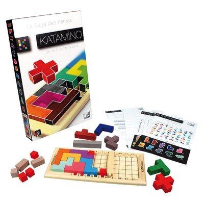 Katamino Classic Nasıl Oynanır?  Katamino oyunu içerisinde kullanılan geometrik şekillerin her birinin ayrı ayrı isimleri vardır. Beş adet karenin yan yana konması ile oluşan şekle pentamino adı verilir. Bu karelerin en az bir kenarı ortaktır. Belli kurallar dâhilinde oynandığı ve belli bir zorluk derecesine göre oynandığı için Katamino oyunu çocukları disipline edebilen bir oyundur. Genelde kurallı oyunlar, özellikle başına buyruk olmayı isteyen çocuklar için kullanılır. Katamino