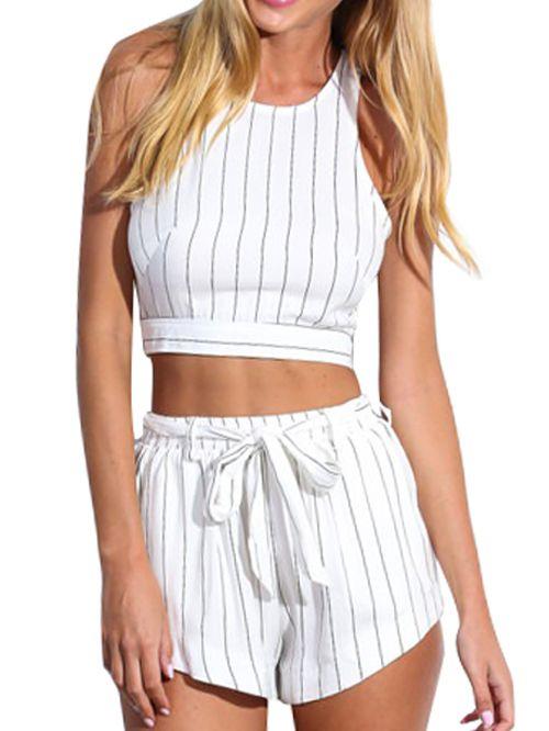 Crop top a righe verticali & pantaloncini bianchi