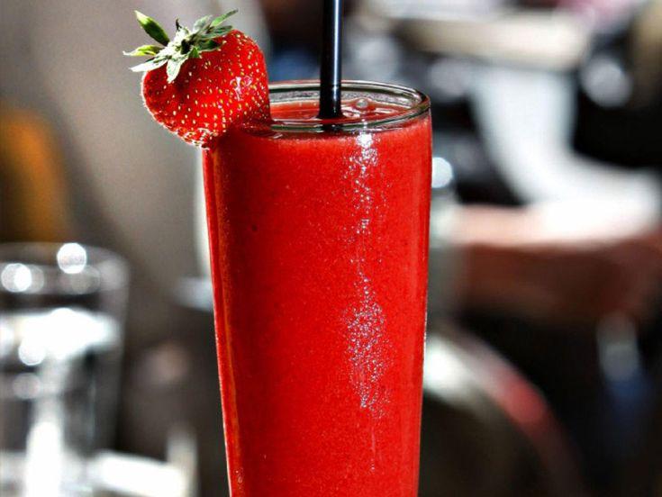 Selv om det stormer ute, vil folk ha sin frosne favoritt. Om sommeren er jordbærdrinken ekstra etterspurt, både med og uten alkohol. Er det sommer, kan du lage den med søte, friske jordbær og droppe sukkeret, så sparer du inn noen kalorier.  Kilde: Aftenposten. Foto: Rolf Øhman
