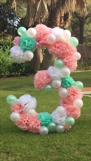 Número XL decorado con Pom Poms y globos para fiesta de cumpleaños, Baby Showers y Photocall. #photocall #babyshower #pompoms #balloon #lafiestadeolivia #partydeco