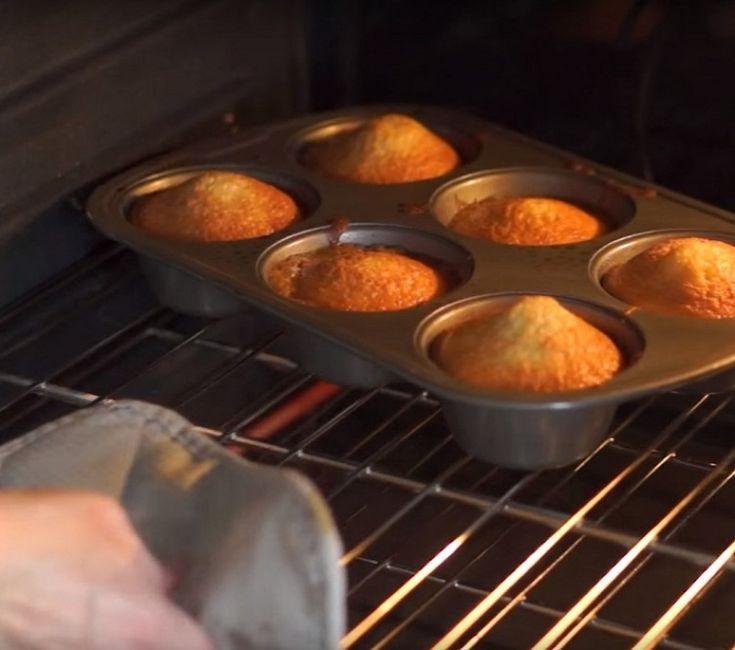 Она выложила колечки ананаса в форму для кексов. В результате получилось потрясающее угощение!