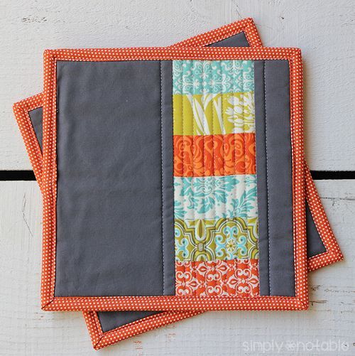 This quilted potholder tutorial uses stacked coins to create modern potholders perfect for any kitchen. These would also make cute placemats or mug rugs!