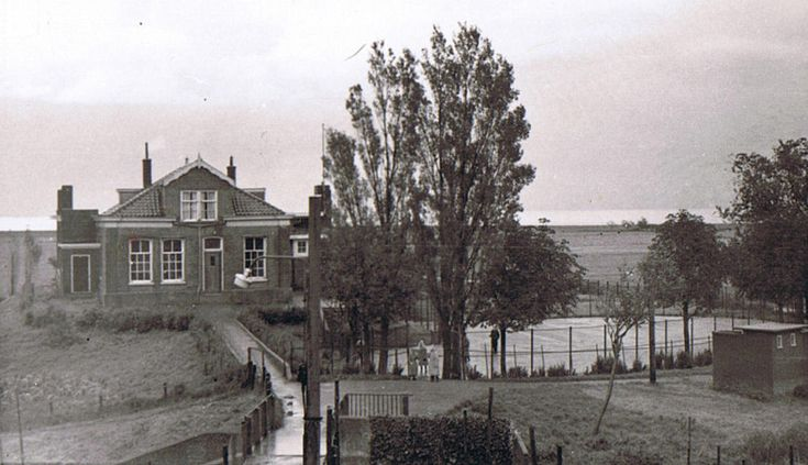Marken Schooldijkje. In dit gebouw zat van 1873 tot 1923 de openbare school op Marken. Vanaf 1923 zat daar in vier lokalen de Vrije Christelijke School tot 1933. Toen is het gebouw gesloopt en is er een nieuw gebouw gebouwd