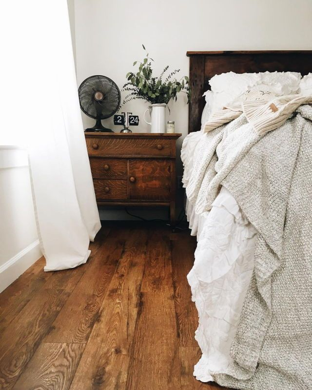 Love the dark wood here and neutral bedding