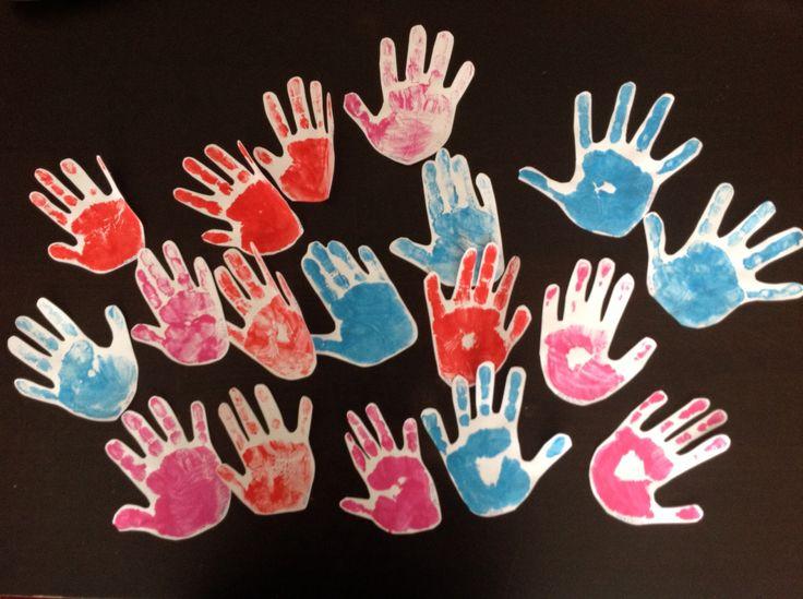 Handafdrukken van peuter tot 3e kleuterklas verzamelen in een portfolio samen met kindtekeningen ... Maar een ideetje
