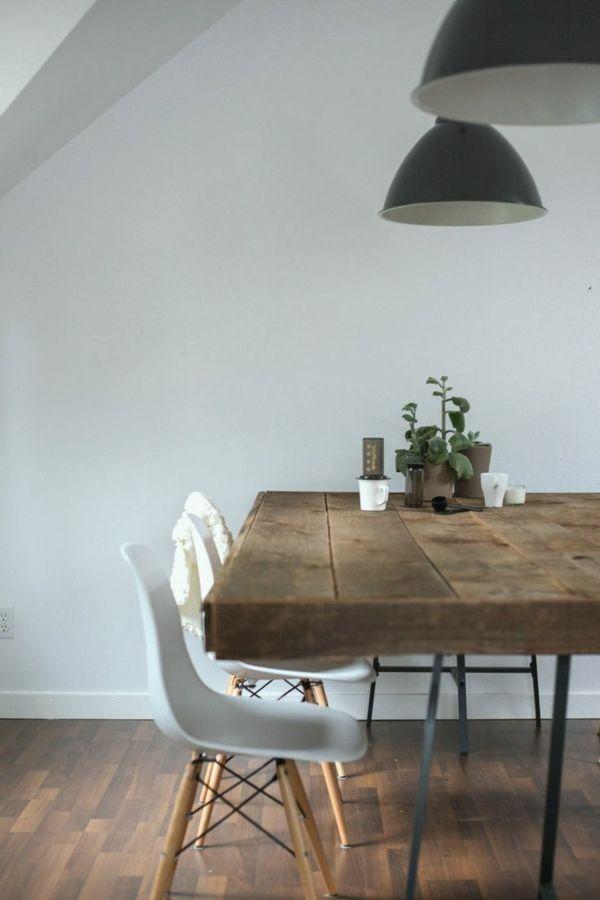 Holztische Design Esszimmer Weiße Stühle Schwarze Hängelampen