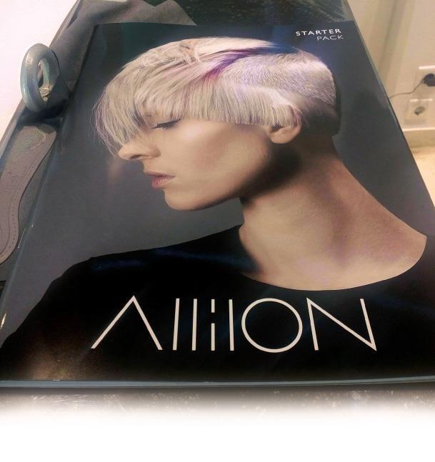 #myextensionNews To Νοέμβριο που μας πέρασε η Davines Greece με την Allilon Education, της οποίας το όνομα της προέρχεται από την ελληνική λέξη αλλήλων που θα πει «ο ένας για τον άλλον» συνεργάστηκαν σε ένα εκπαιδευτικό σεμινάριο και workshop στα κομμωτήρια Theo hairdressing & beauty. Ευχόμαστε και την νέα χρονιά να γίνουν πάλι όμορφες συνεργασίες. http://bit.ly/2idZVt7 #myextension