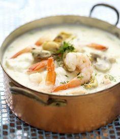 Vispotje met kabeljauw/witvis, zalm en garnalen. Lekker met prei of wortel en als kruiden: peterselie, dragon, kervel en bieslook. Saus op basis van boter, bloem, visbouillon, witte wijn en kookroom.