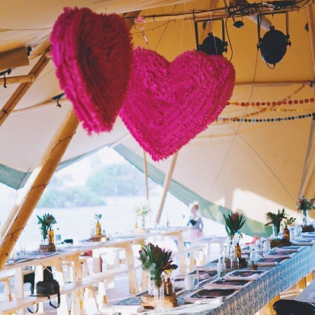 Had an absolute blast crafting these hot pink heart piñatas and confetti garlands for @lolzy_read. If you need a hand with any crafty wedding/event projects, get in touch! Let me know how I can help 😃 Beautiful image by @lucyspartalis