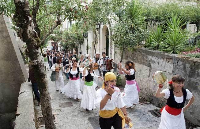 Neapolitan dancers, Tarantellas, Amalfi Coast wedding entertainment http://www.weddingsontheamalficoast.com/music-for-weddings-on-the-amalfi-coast.html