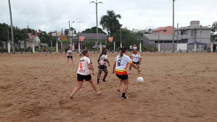 A imagem pode conter: uma ou mais pessoas, pessoas praticando esportes, shorts, campo de beisebol, céu, atividades ao ar livre e natureza