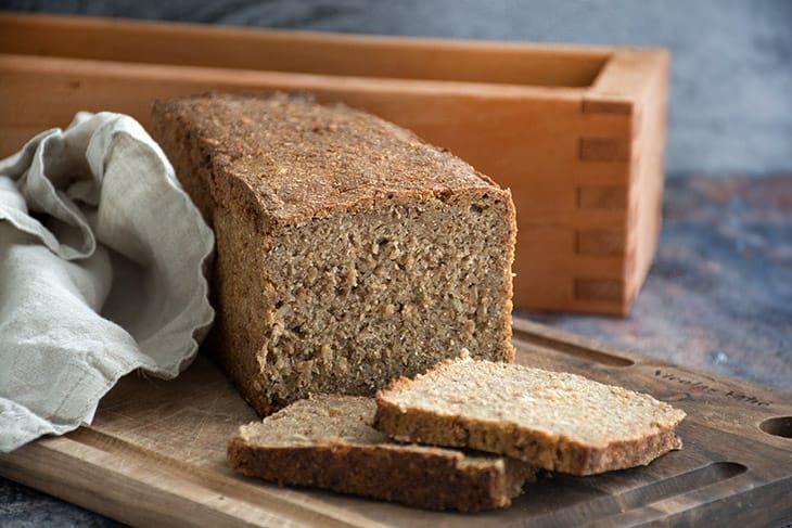 Hjemmebagt rugbrød er så lækkert og her får du en skøn og nem opskrift på rugbrød med eller uden surdej - få opskriften her