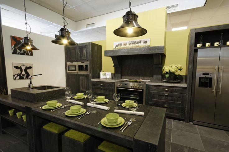 Ambachtelijke gemaakte stoere keuken in hout en natuursteen bij Odink Keukens Tynaarlo, http://odinkkeukens.nl/
