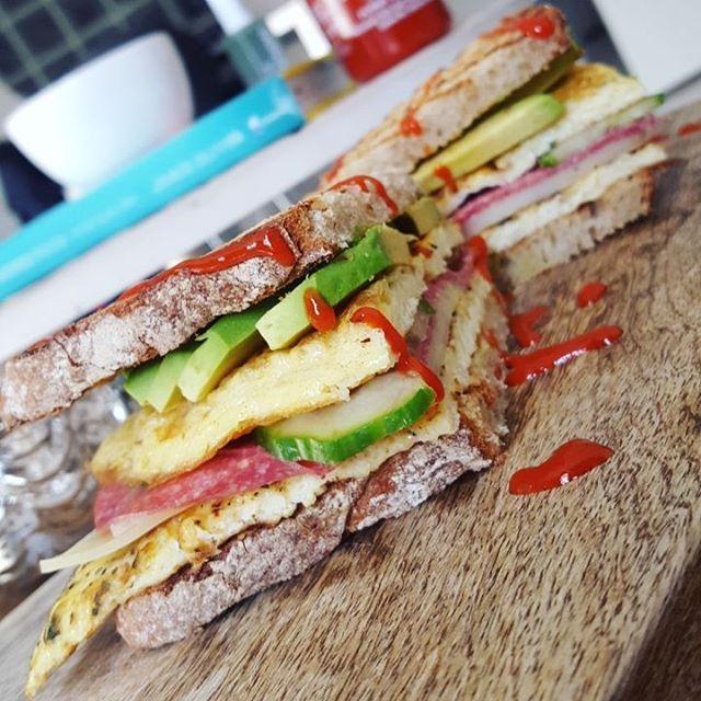 Lunchh 💚💛💚 geroosterd roggebrood met omelet, kaas, kalkoen salami, komkommer, avocado& Sriracha hot chili 😍 ik ga kijken of ik de sportschool nog kan vinden na anderhalve maand zonder! 💪💛 #lunch #lunchtime #healthylunch #ryebread #bread #brood #liefdeenpassie #ah #albertheijn #avocado #avocadolover #turkey #kalkoen #salami #turkeysalami #egg #eggs #eggporn #ei #gebakkenei #eieren #omelet #omelette #sandwich #sriracha #fitanddutch #fitdutchie #fitgirlsnl #fitdutchies #fitfam