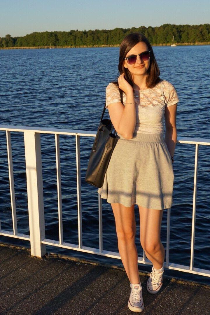 Casual Sommer Outfit mit grauem Rock weißer Spitze und weißen Sneakern