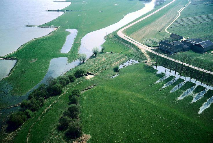 Nederland, Gelderland, Culemborg, 04-04-2002; uiterwaard van de rivier de Lek ten Oosten van Culemborg; natuurbeheer, infrastructuur, landschap;.deel van de serie Panorama Nederland .luchtfoto (toeslag); aerial photo (additional fee required); .foto Siebe Swart / photo Siebe Swart