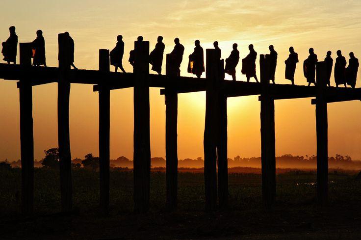 Birmanie : Mandalay et les anciennes cités royales       Je continue les récits de voyage en Birmanie en vous parlant cette fois de Mandalay, grande ville poussiéreuse située au centre du pays que j'ai visité en 2005. Mandalay, dernière capitale de la Birmanie avant