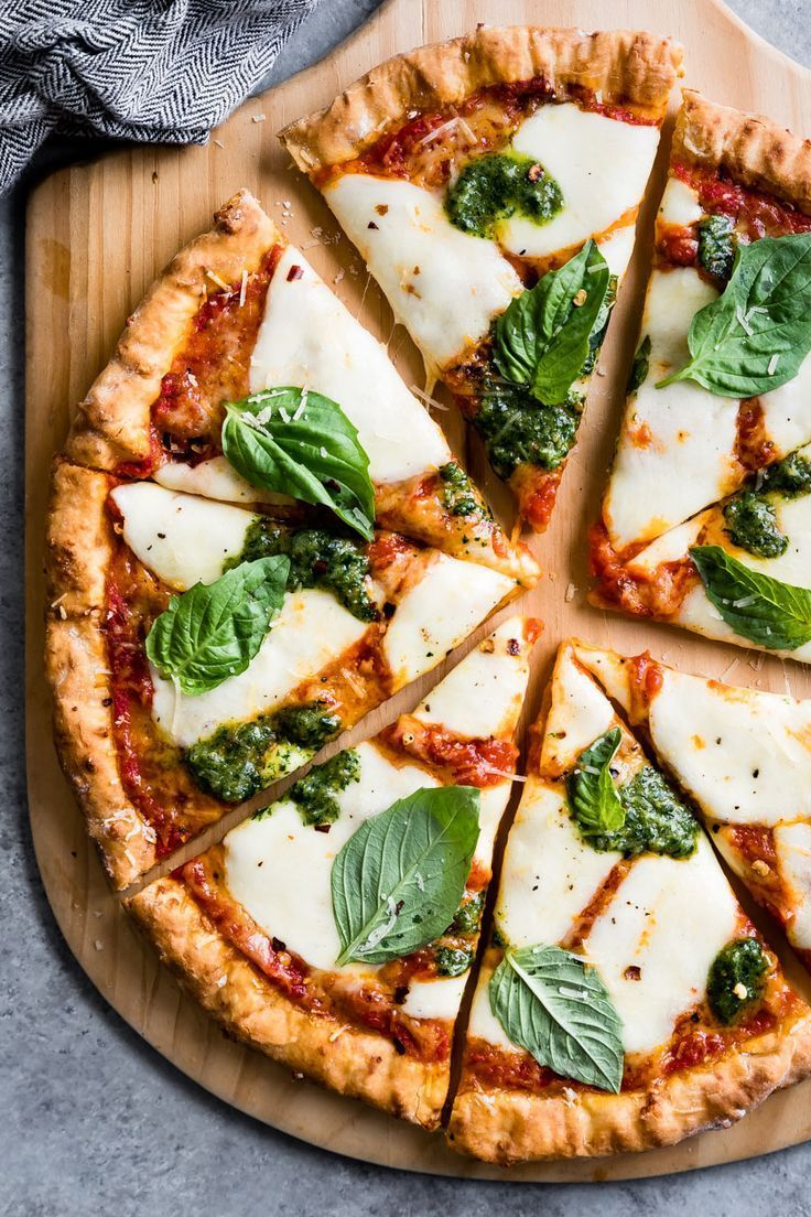 Красиво оформленная пицца фото