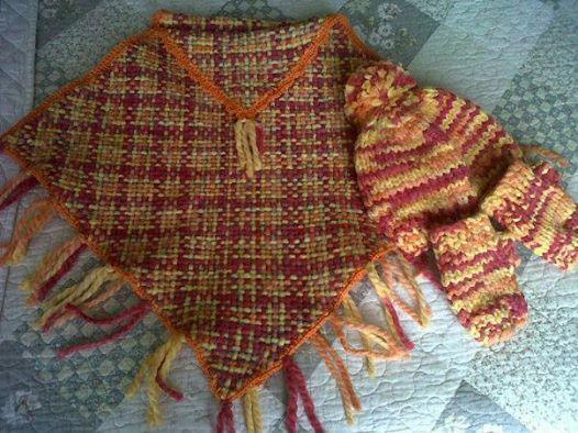 Mantita tejida a telar para niñita de 4 años...mitones y gorrito tejidos a palillos