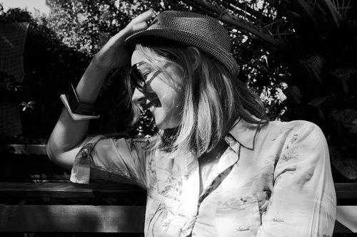 """La única, Cecilia Amenábar: Una """"pasajera en trance"""". Así la llamó Gustavo Cerati, aludiendo a la canción de Charly García. Y la definición –ella reconoce– no le pudo calzar mejor: amante de los viajes, nómade por naturaleza, Cecilia Amenábar es de esas mujeres que creen que uno es su propia casa y que no hay nada peor que el apego a lo material. A pesar de eso, es cuidadosa con lo que tiene y mucho de lo que aquí muestra lo heredó. Los pañuelos antiguos y los vinilos son tan propios de…"""