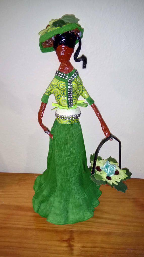 Statuette en papier journal femme du monde class