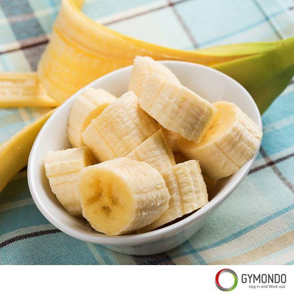 1. Bananen: Iss Bananen, wenn Du trainierst, heißt es. Aber warum? Bananen sind reich an Magnesium, Kalium und Kohlenhydraten. Diese Stoffe helfen nicht nur dabei die Muskeln mit wichtigen Mineralstoffen für den zu versorgen, sondern auch nachhaltig mit Energie zu beliefern. Trotzdem aufgepasst: Nur weil die Banane ein guter Trainingssnack ist, heißt dies noch lange nicht, dass man sich nur noch von Bananen ernähren sollte. Sie sind immer noch das Obst mit dem meisten Fruchtzuckergehalt.