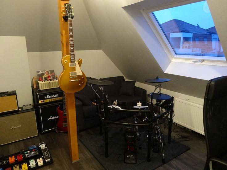 Super coin guitare avec cette Les Paul Goldtop accrochée au pilier, une batterie électronique, des amplis, un gros pedalboard et un Marshall Fridge ! Ça donne envie de jouer de la guitare tout de suite !