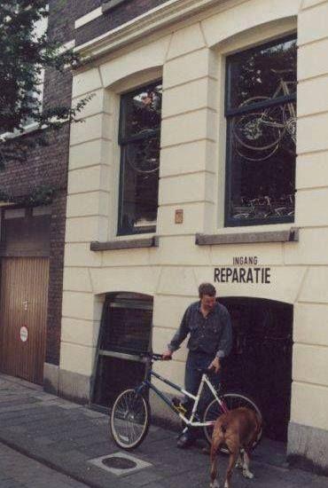 De Volmarijnstraat Oost ligt tussen de 's Gravendijkwal en de Claes de Vrieselaan, de Mathenesserlaan en de Nieuwe Binnenweg De Volmarijnstraat is één van de smalste straten van Rotterdam en is vernoemd naar de schilder Crijn Hendricksz Volmarijn die begin in de 17e eeuw leefde