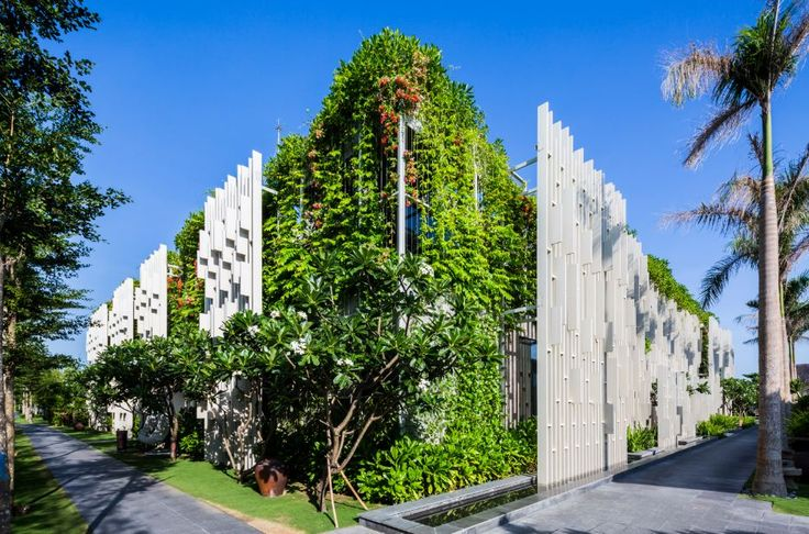 The Pure #Spa es un oasis de tranquilidad, que cuenta con 15 salas de tratamiento dotados de exuberantes jardines al aire libre. El proyecto tiene gimnasios, salas de meditación y yoga junto al jardín.  Más sobre este diseño de MIA Design Studio: