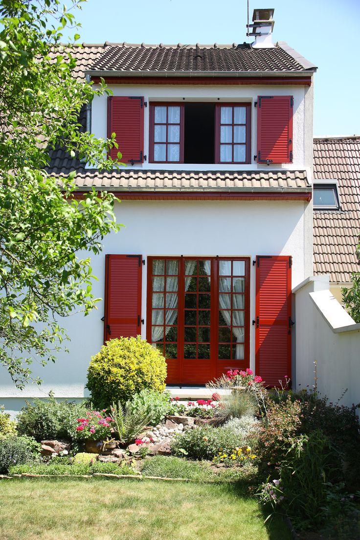 Volets et fenêtres battants rouges en bois à lames horizontales