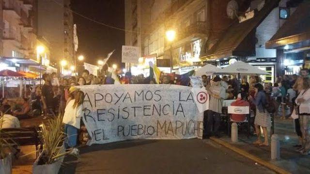 """#TODOSSOMOSMAPUCHES: NECOCHEA MANIFESTO SU APOYO Y SOLIDARIDAD CON LA COMUNIDAD MAPUCHE   """"No es sólo un atropello contra las comunidades originarias es un delito de lesa humanidad"""" Al grito de """"Todxs somos mapuches"""" cientos de vecinos y vecinas de Necochea y Quequén se movilizaron en apoyo a la comunidad mapuche luego del intento de desalojo y la represión sufridos por el Lof en resistencia del departamento de Cushamen en la provincia de Chubut.(FOTOS) La actividad tuvo comienzo a las 20 ho"""