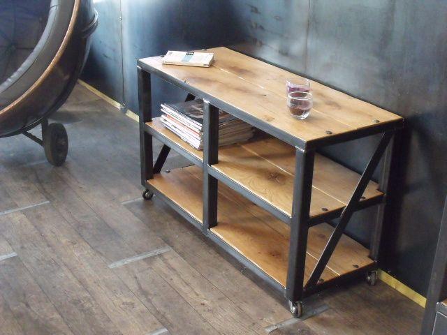 petite tag re sur roulette en bois et m tal nos meubles d appoint industriel bois et m tal. Black Bedroom Furniture Sets. Home Design Ideas