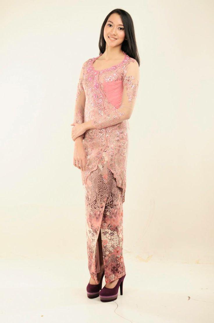 Gorgeous in Pink  Kebaya berpayet dengan model asimetris dilengkapin dengan bustier bertali sehingga bisa disesuaikan dengan postur tubuh.  Rental Price: Rp300.000