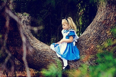 Chapeleiro: Será que eu sou louco? Alice: Suponho que sim, mas vou lhe contar um segredo: as melhores pessoas do mundo, são.