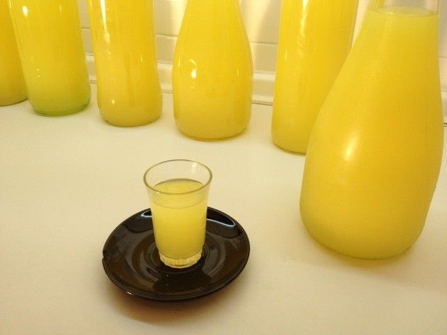 El Limoncello es un licor de limón muy suave que se toma frio del frigorífico. Hoy os voy a enseñar como prepararlo en casa. Es muy fácil y os va a gustar.