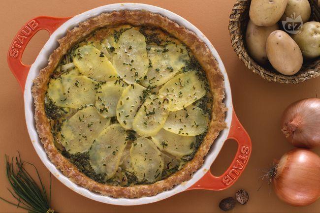 La torta rustica di patate e cipolle è una ricetta gustosa, da servire calda anche come piatto unico in inverno o come piatto freddo da pic nic estivo