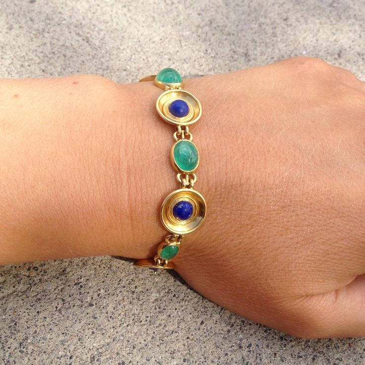 Nytt smykke til sommeren? ☀️ Armbånd -Art Deco.  J. Tostrup. Gull. 18 K.  Smaragder og Lapis Lazuli. Objektnummer. 104780-11  #armband #smykker #jewelry #bracelet #summer #inspiration #blomqvist #blomqvistnettauksjon #blomqvist_auksjoner #instadaily #picoftheday