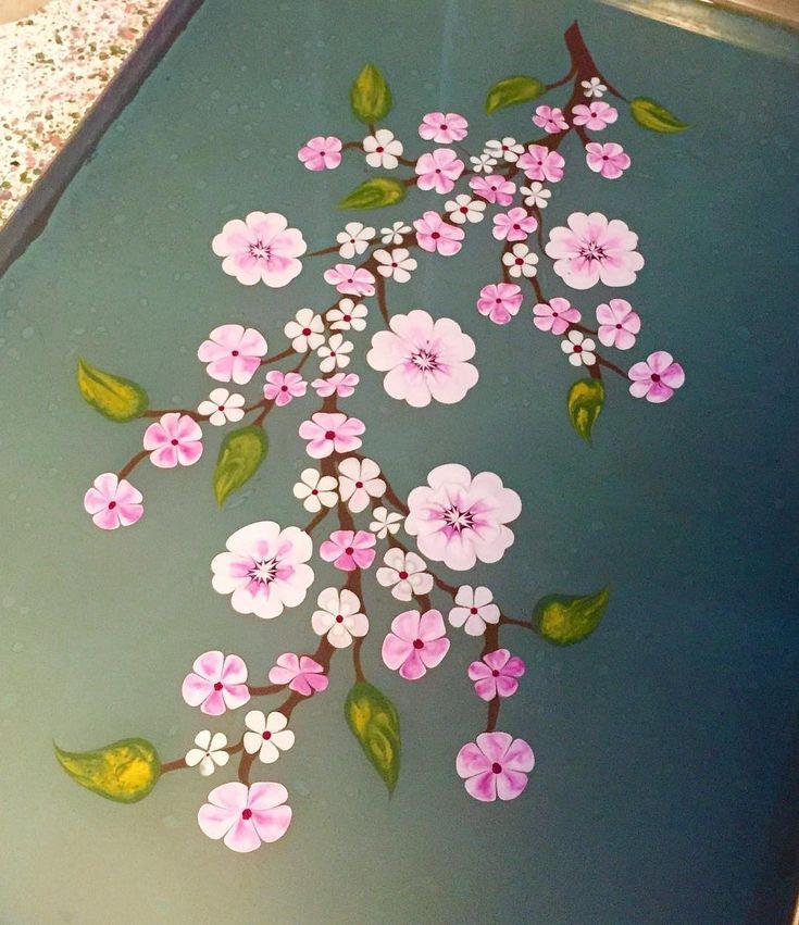 Yeni tekne.. Yeni boyalar.. Teknenin ilk günü güzel başladı çok şükür.. Bahar Dalları.. Kiraz çiçekleri.. Sakura mevsimi içimde tekrar başladı.. Çocukluğumda evimizin bahçesinde kiraz ağacı vardı ve biz dalından meyve yiyerek büyüyen nadir çocuklardandık.. Bu çiçeğe olan aşkım beni sanki o günlere götürüyor.. Belki de bu yüzden kiraz çiçeği çalışmak her defasında aynı heyecanı yaşatıyor ❤️