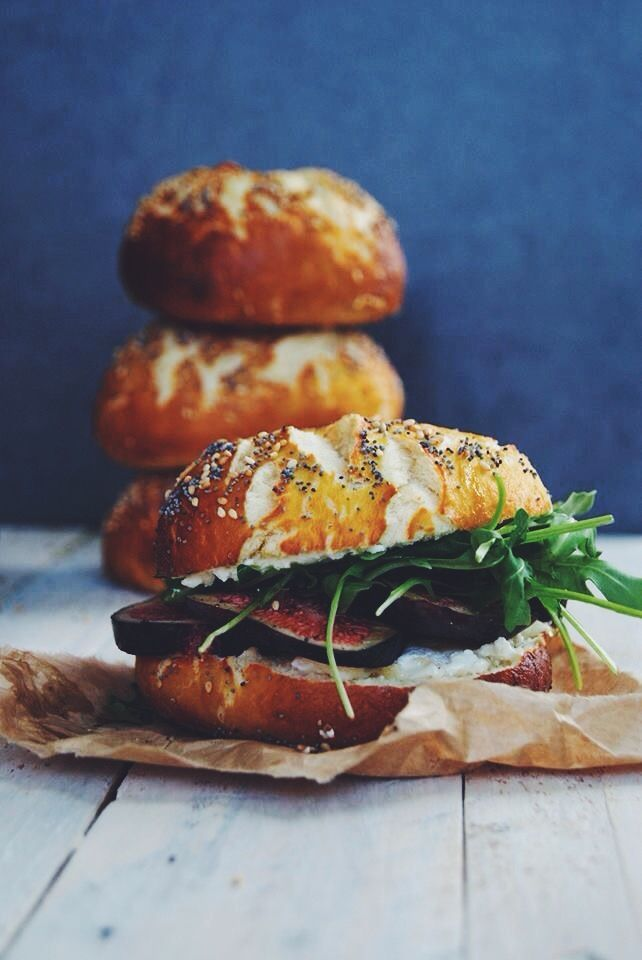 Bagel with goat cheese, figs and rocket / Bagel chèvre, figues, miel et roquette
