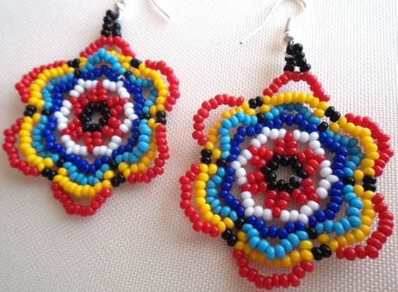 Mexican Huichol Beaded Flower Earrings por Aramara en Etsy