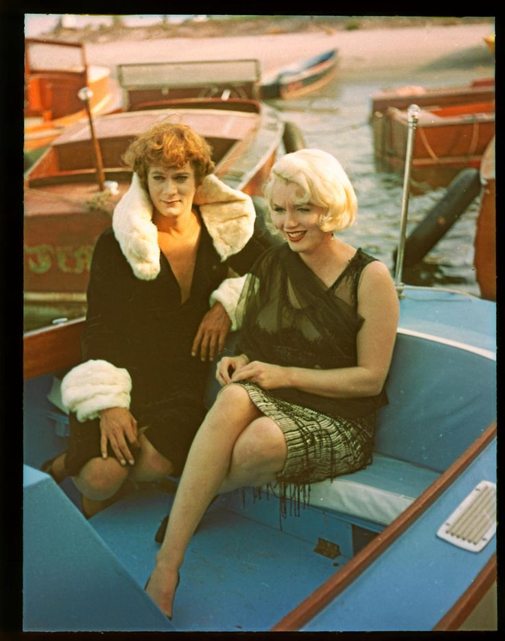 Marilyn Monroe & Tony Curtis on set. Cool! (Some Like it Hot)