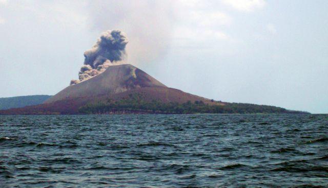 Gunung Krakatau adalah sebuah gunung berapi yang termasuk kedalam kepulauan Krakatau di Selat Sunda antara pulau Jawa dan Sumatera. Gunung ini pernah meletus begitu dahsyatnya dan sempat menyebabkan perubahan iklim global.