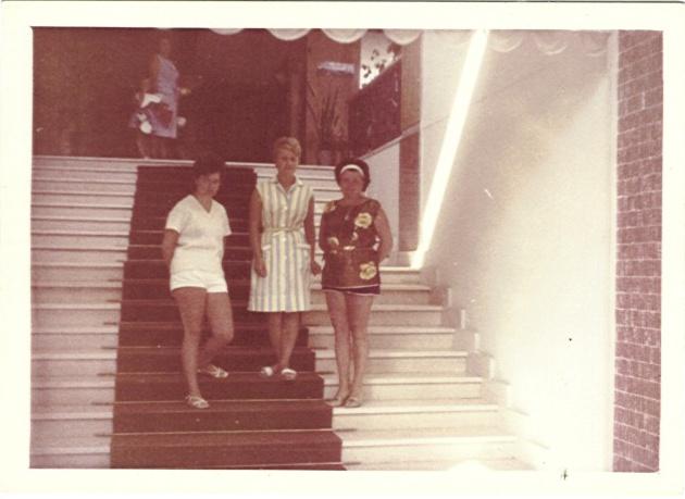 1964 Urlaub an der #Adriaküste - ospiti straniere sulla scala d'ingresso del Metropolitan a Igea Marina