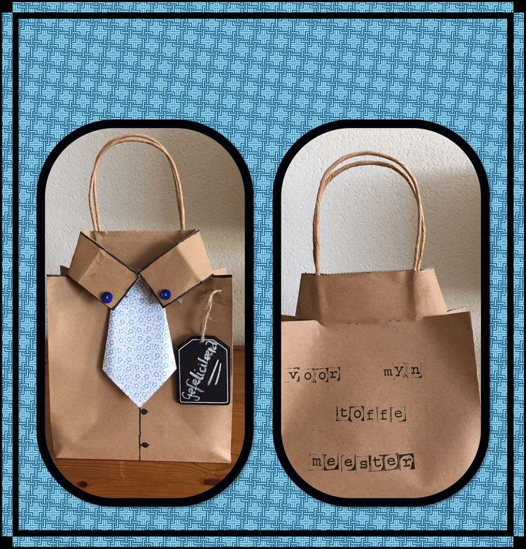 Kado meester: kartonnen  tas met stropdas van deco-papier. Achterkant met letterstempels en zwarte inkt. Knoopjes op de kraag met garen genaaid. Houten label als extra.